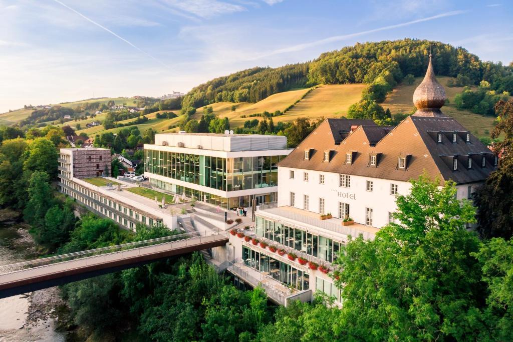 Blick auf Das Schloss an der Eisenstrasse aus der Vogelperspektive