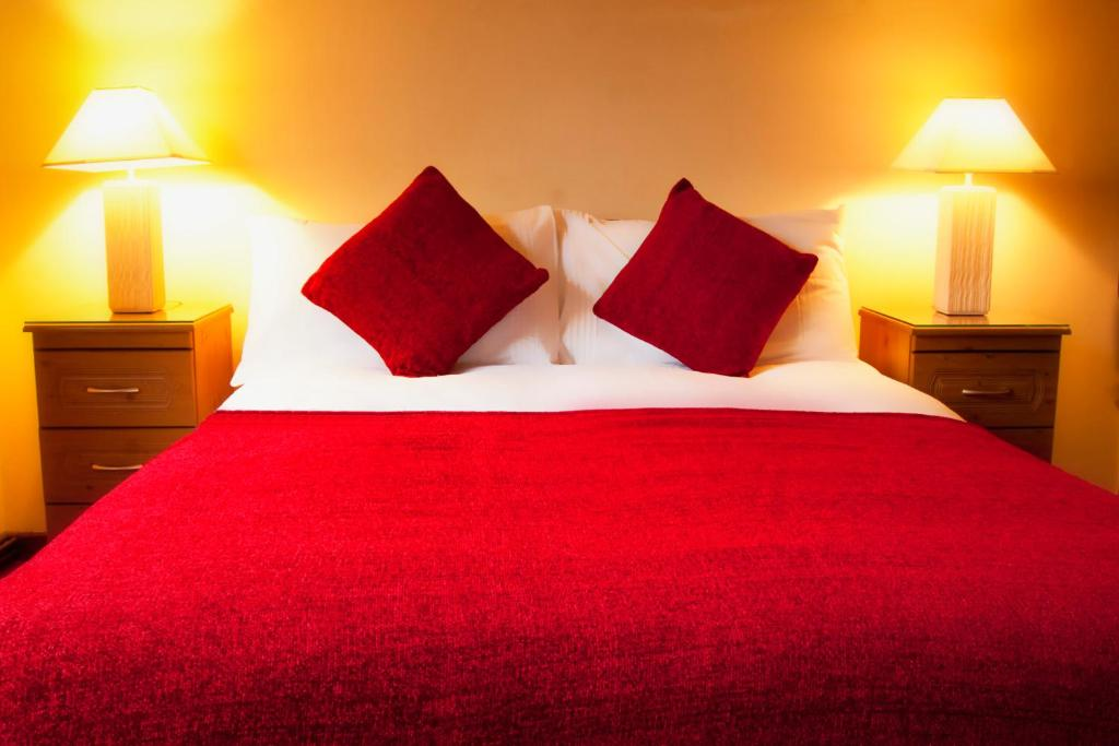 A bed or beds in a room at Broadlands B&B