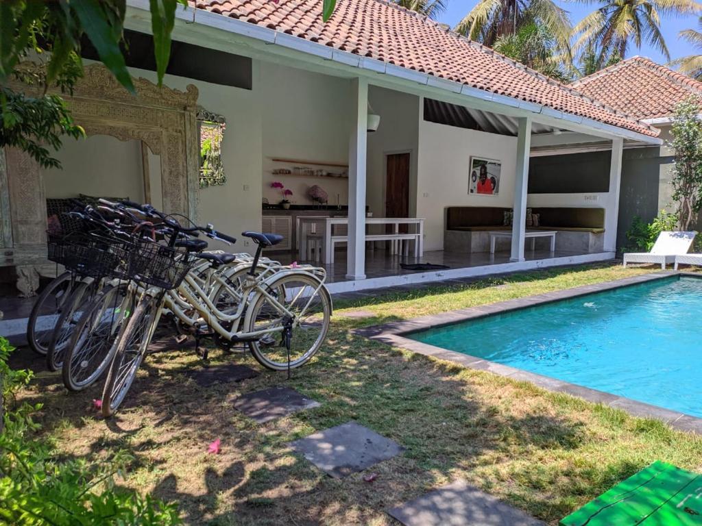 The swimming pool at or close to Gili Khumba Villas