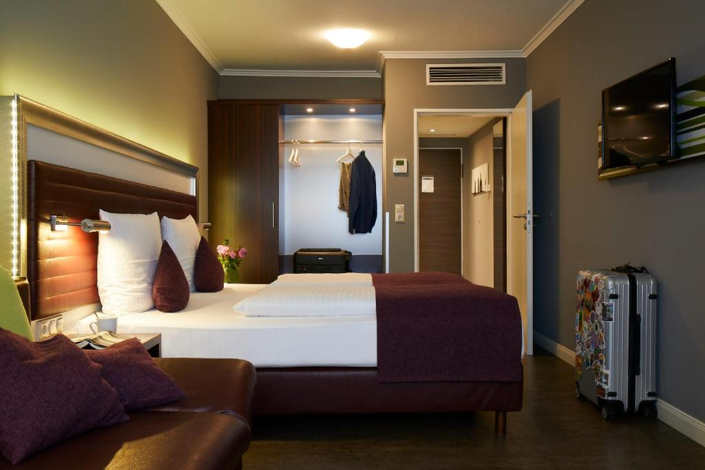 A bed or beds in a room at Hotel Metropol by Maier Privathotels