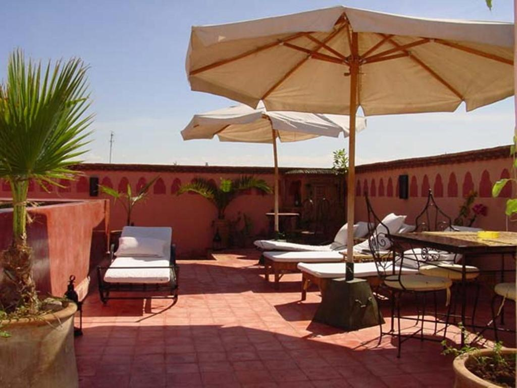 A restaurant or other place to eat at Riad Ker Saada