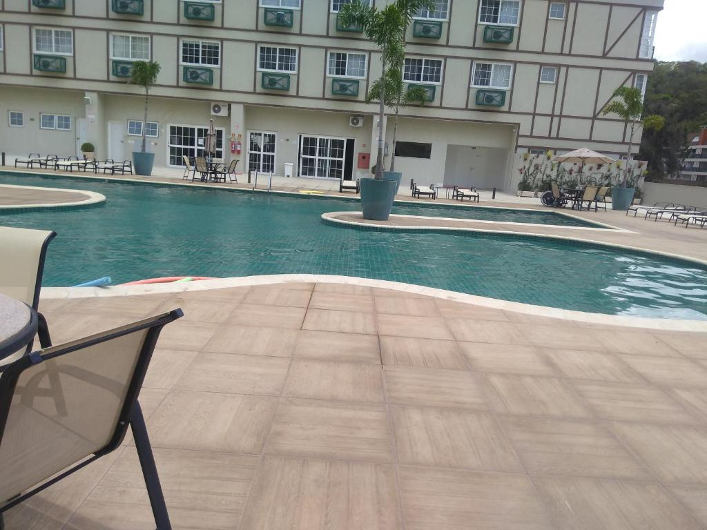The swimming pool at or close to Condomínio Granja Brasil