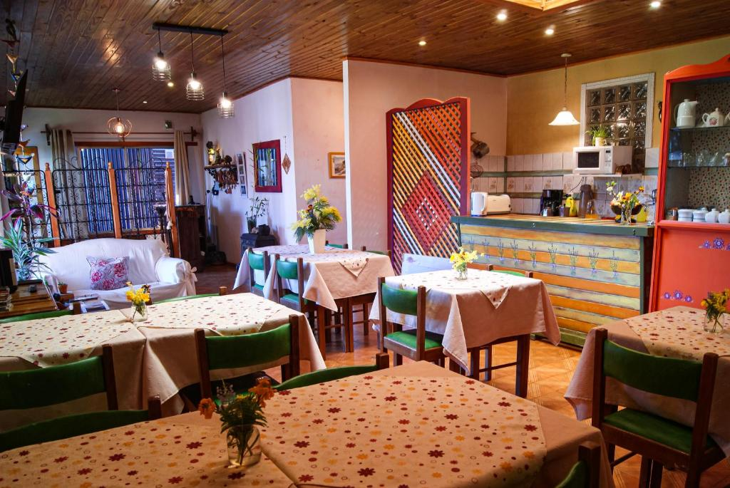 A restaurant or other place to eat at Hospedaje Flores del Sur