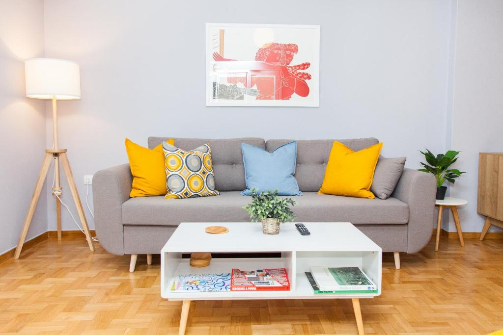 Posezení v ubytování Stylish and Bright Apartment in Athens Centre!