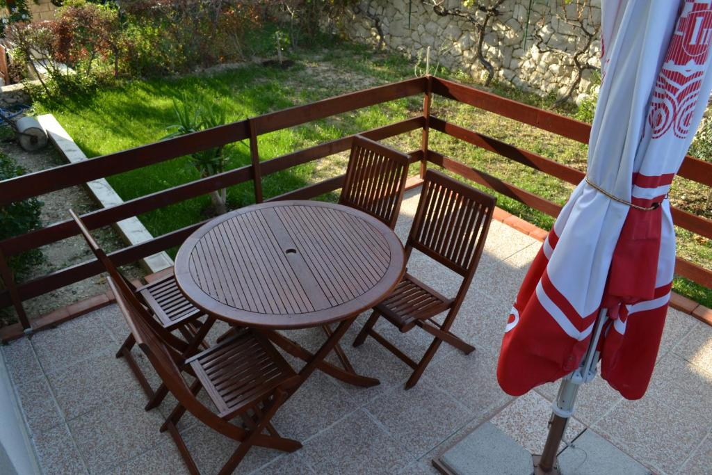 A balcony or terrace at Apartments Karlo