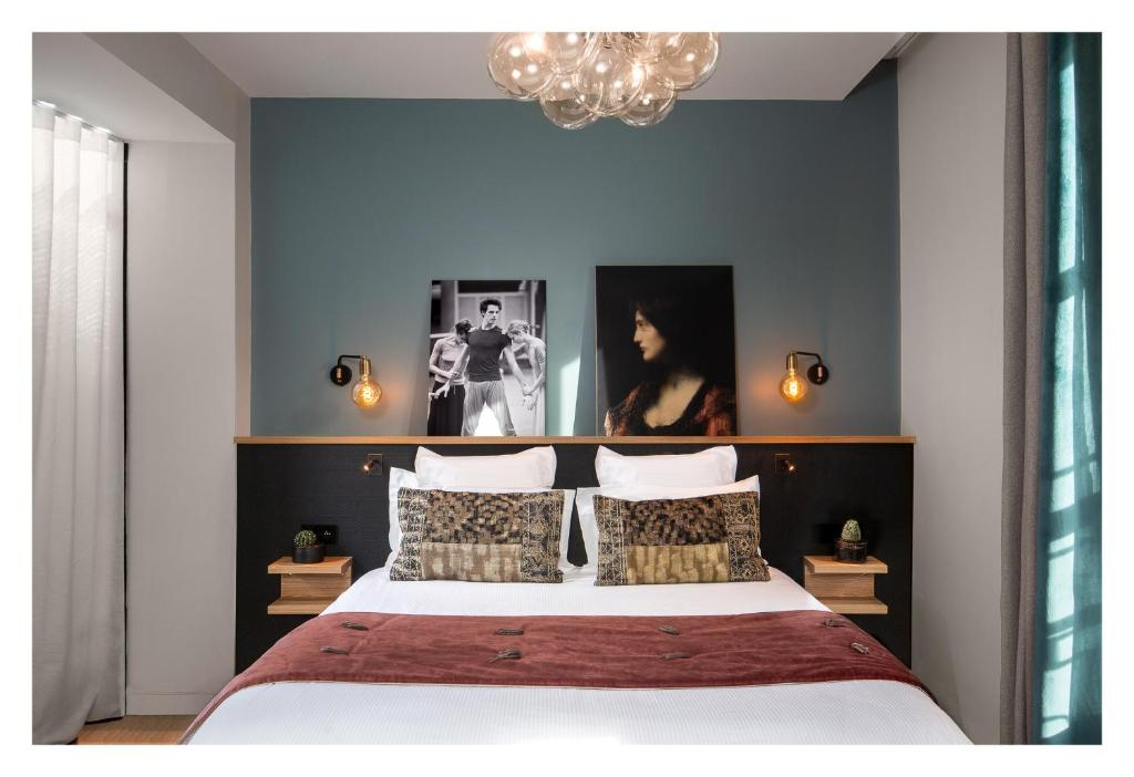 A bed or beds in a room at Lyric Hotel Paris Opera