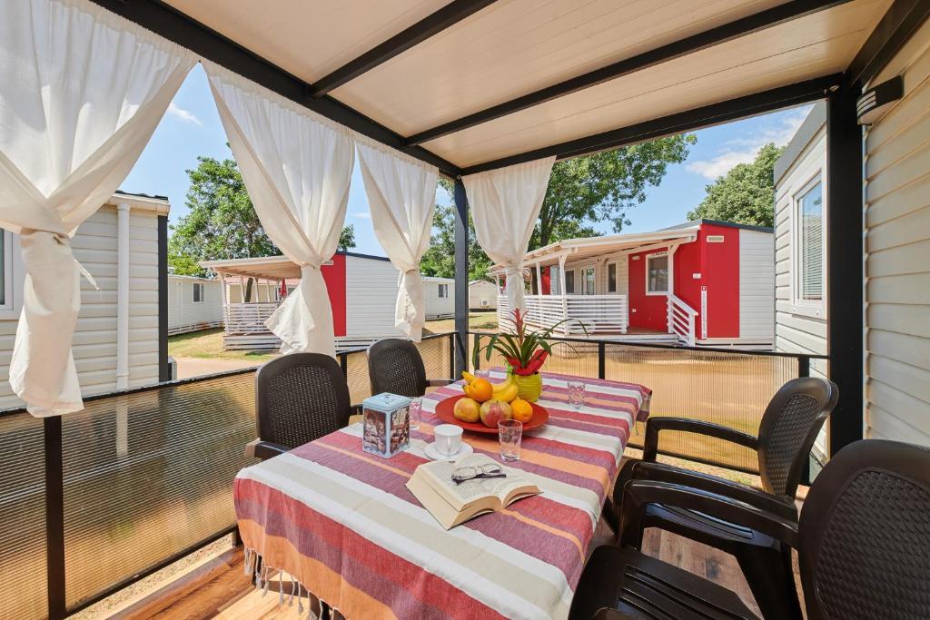Restauracja lub miejsce do jedzenia w obiekcie Camping Adria Mobile Home Park Umag
