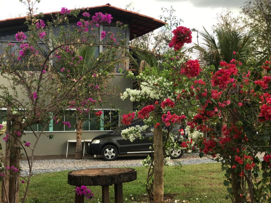A garden outside Hostel A Cozinha de Cora