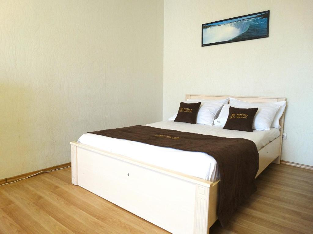 A bed or beds in a room at Inndays Standart on Staronikitskaya