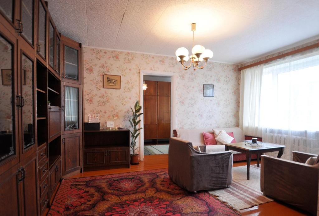 A seating area at Kreenholmi Marple House