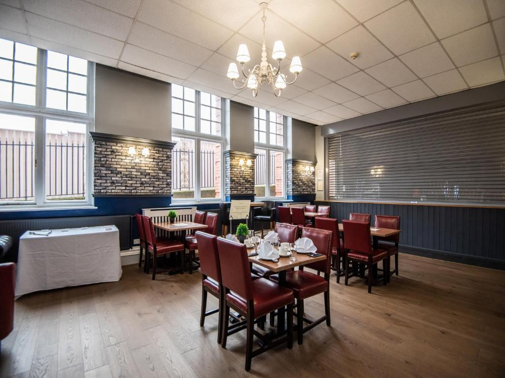 A restaurant or other place to eat at Rowton Hotel