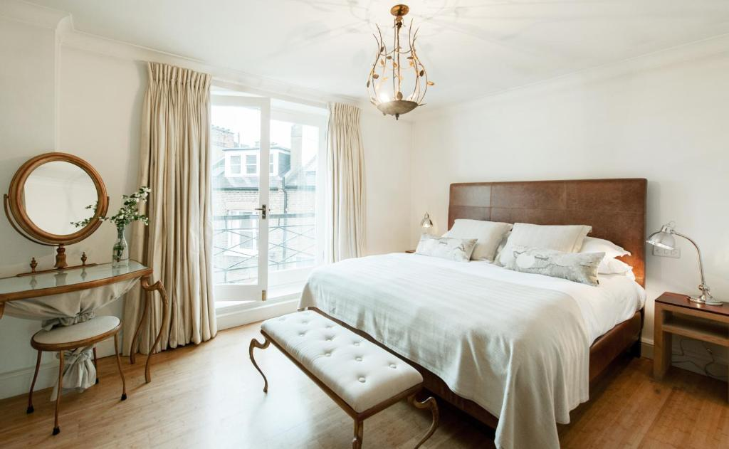 A bed or beds in a room at Europa House Apartments