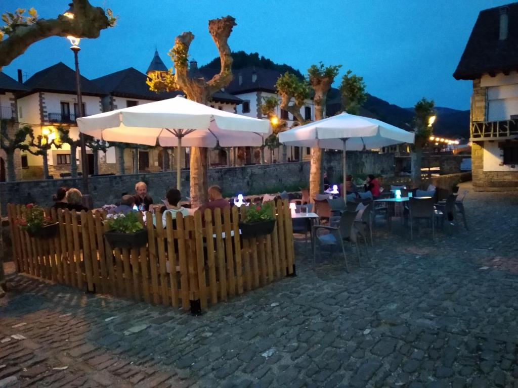Un restaurante o sitio para comer en Hostal Orialde