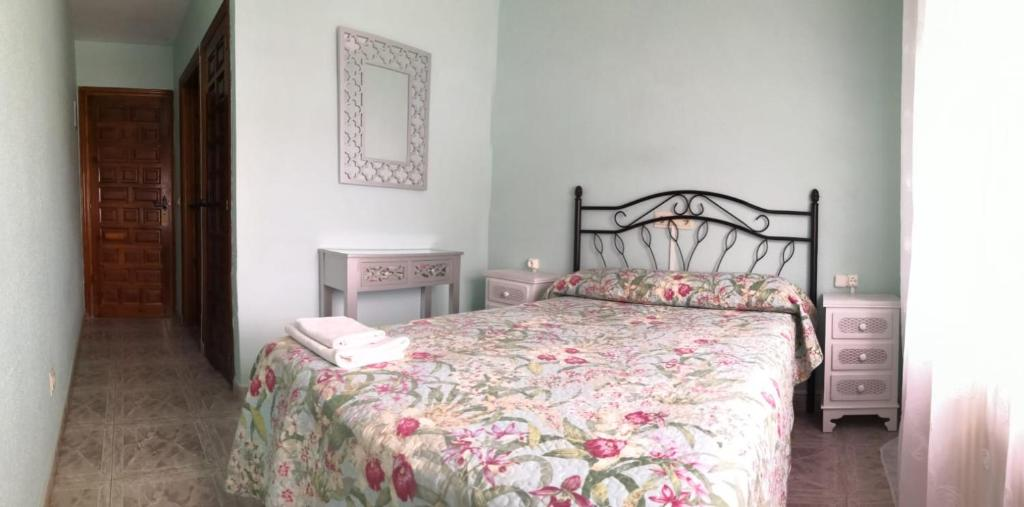 A bed or beds in a room at Hostal Restaurante Ceres