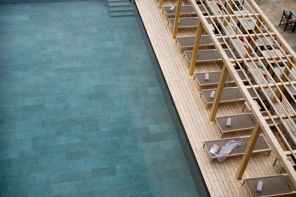 Ein Blick auf den Pool von der Unterkunft Hotel Schwarzschmied oder aus der Nähe