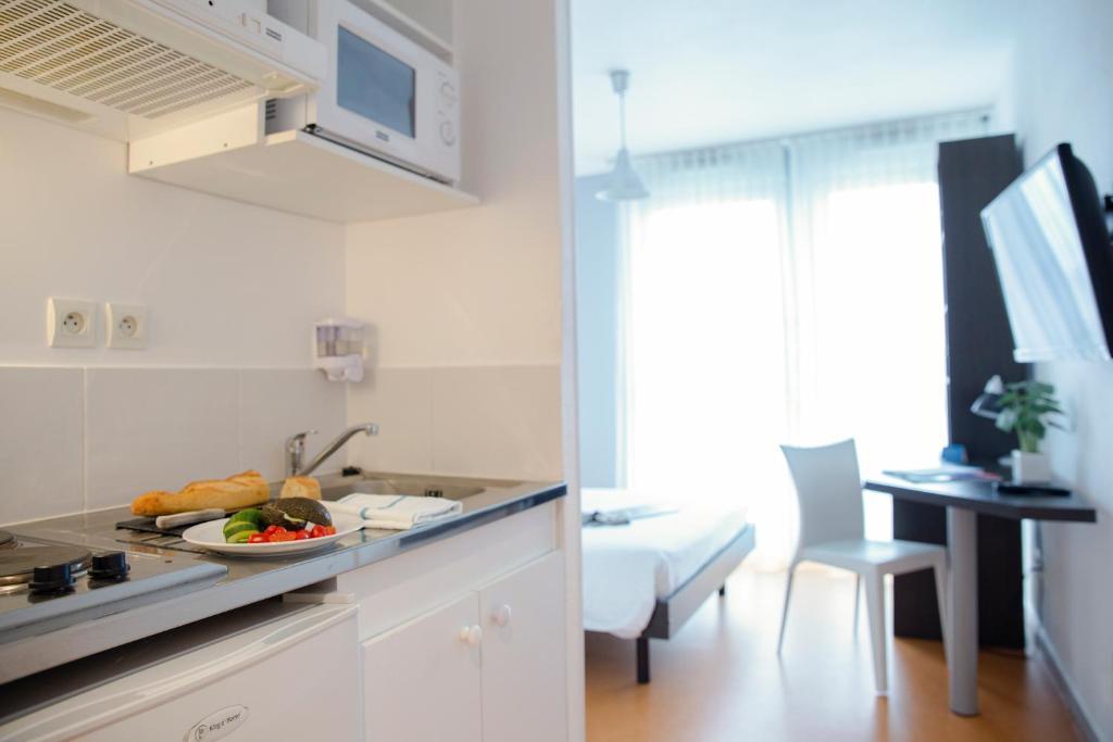 Cuisine ou kitchenette dans l'établissement Zenitude Hôtel-Résidences Les Hauts Du Chazal