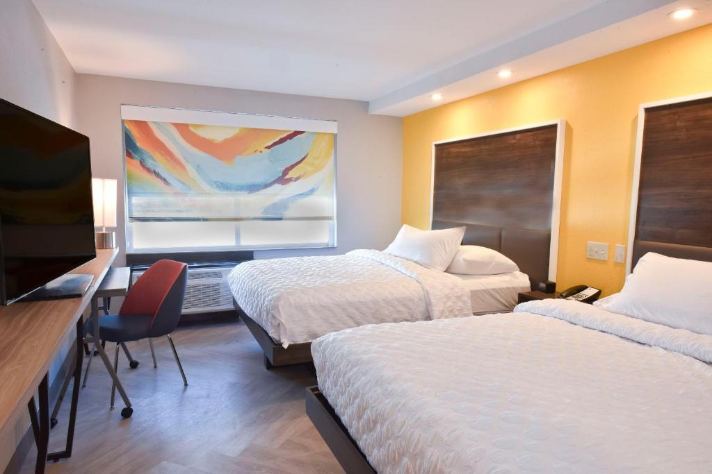 A bed or beds in a room at Tru By Hilton Lawrence