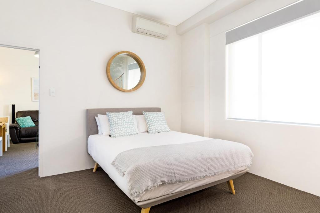 A bed or beds in a room at Darlinghurst Fully Self Contained Modern 1 Bed Apartment (713RIL)