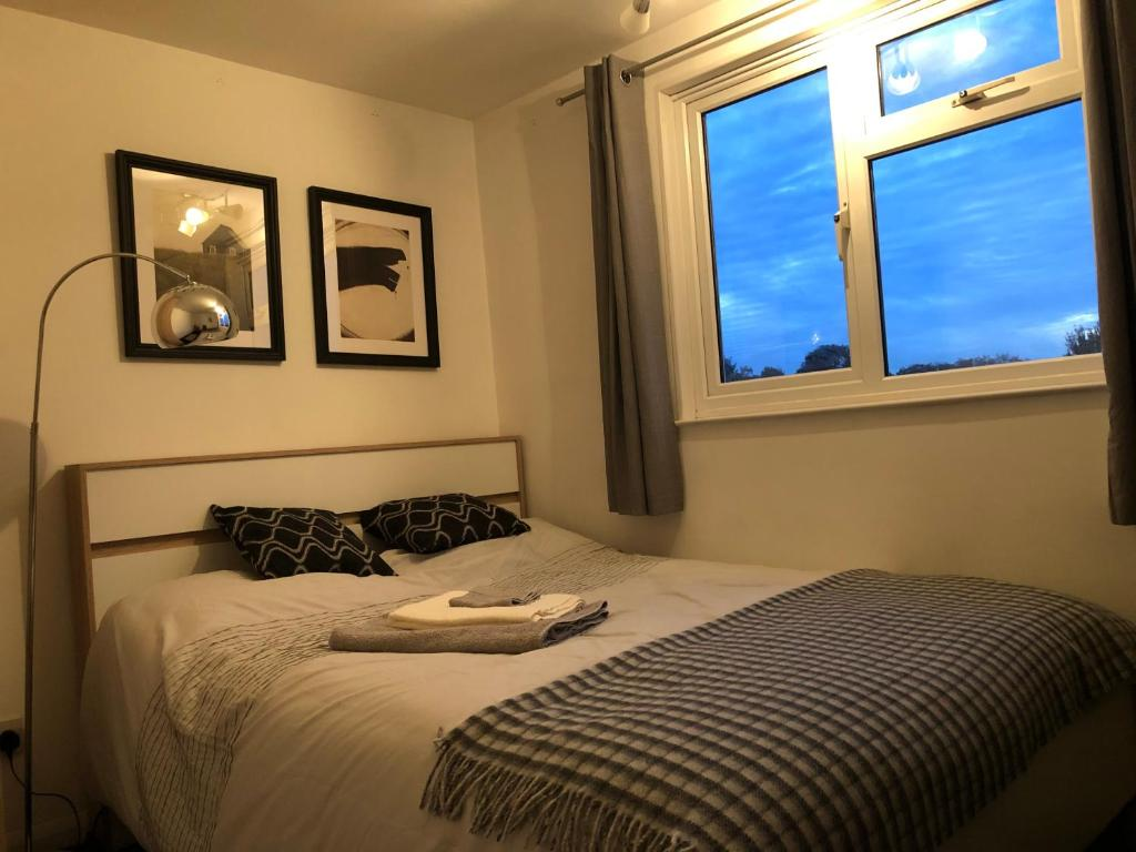 A bed or beds in a room at Lovely and clean Chatham homestay