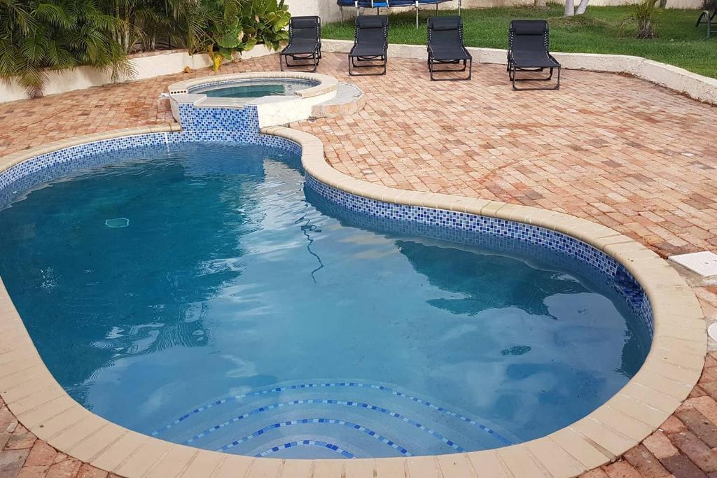 A piscina localizada em Tropisch centraal gelegen appartement 5 min van MamboBeach in 1 van de mooiste villaparken van Curacao ou nos arredores