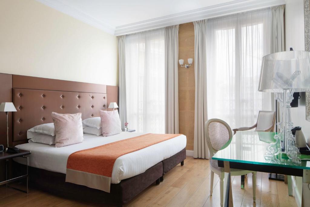 Кровать или кровати в номере Le 123 Elysees - Astotel