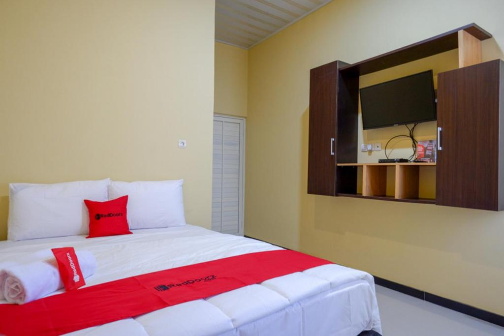 A bed or beds in a room at RedDoorz near Alun Alun Pati