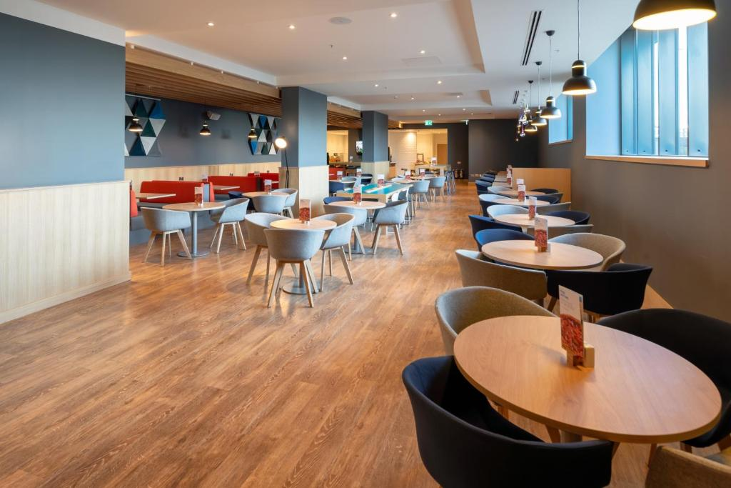 A restaurant or other place to eat at Holiday Inn Express - London Heathrow T4