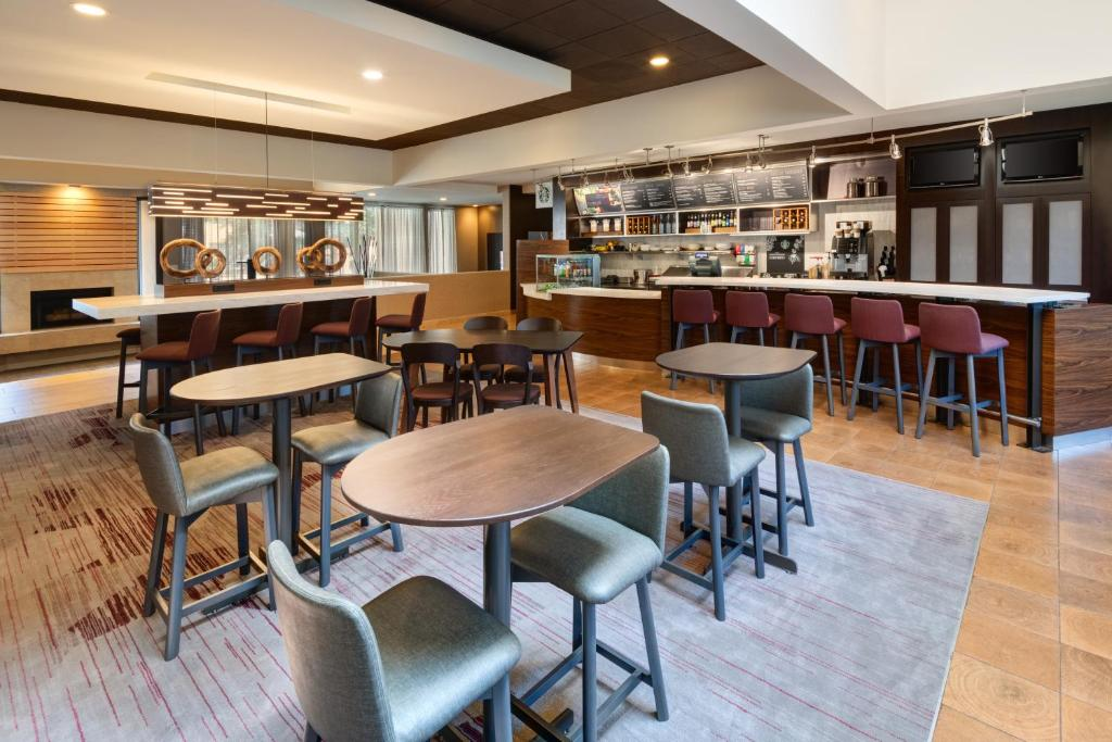 The lounge or bar area at Courtyard by Marriott Atlanta Executive Park/Emory