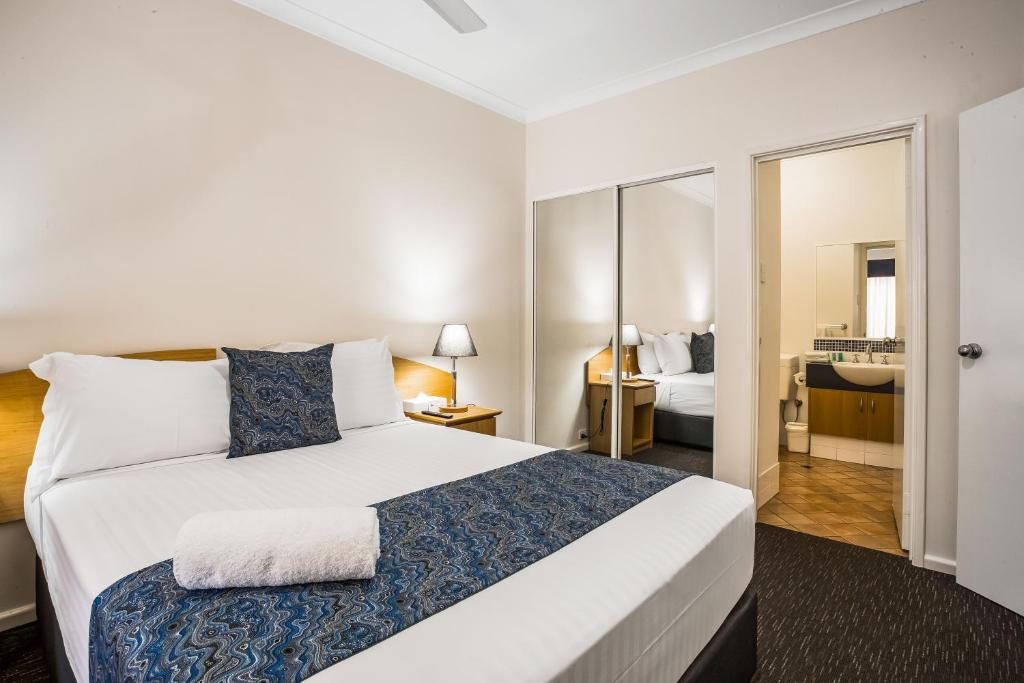 A bed or beds in a room at Karratha Central Apartments
