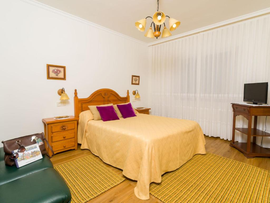 A bed or beds in a room at Alojamientos Garden Ribadeo