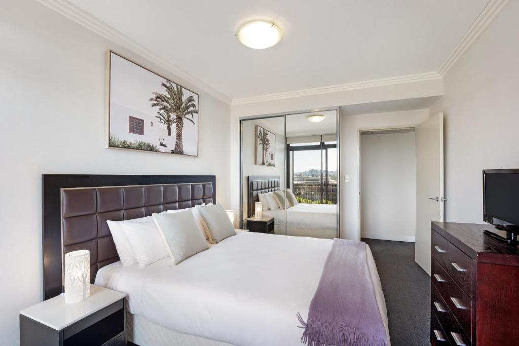 A bed or beds in a room at Pyrmont Modern Jones Bay Apartments