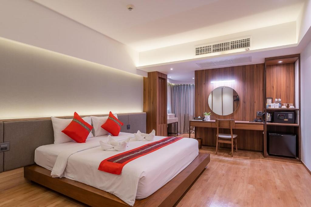 A bed or beds in a room at True Siam Phayathai Hotel