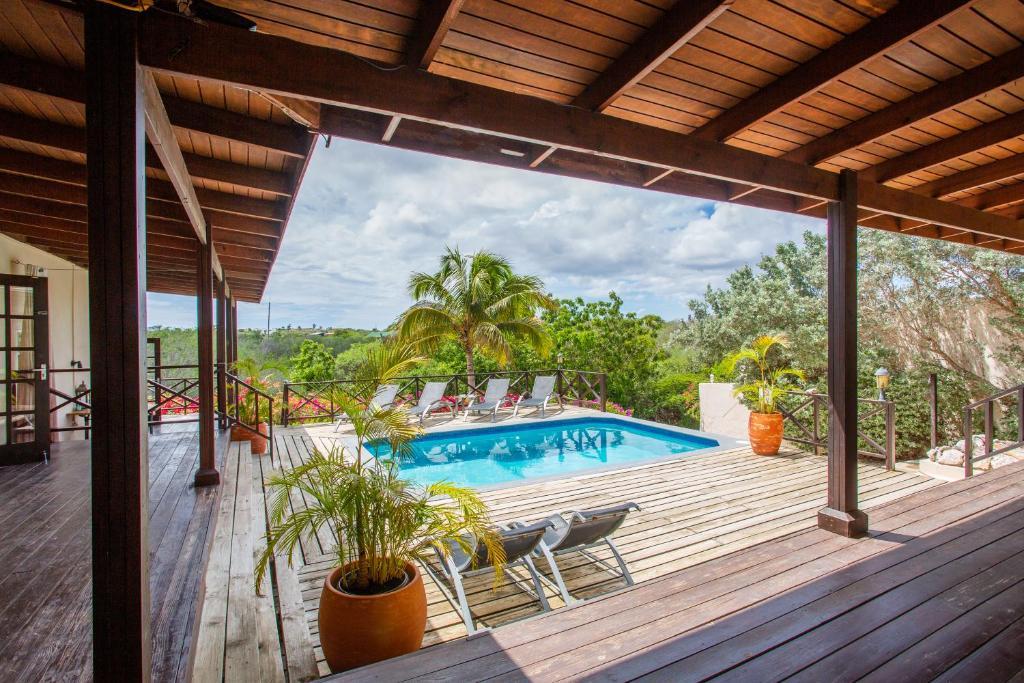 Uma vista da piscina em Curavilla Apartments ou nos arredores