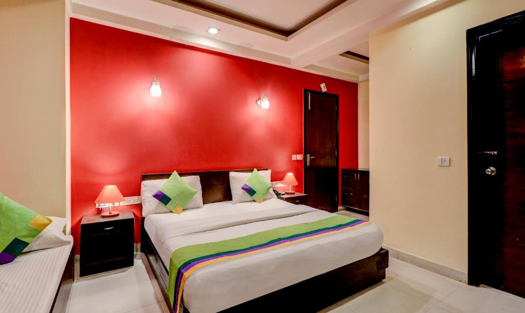 A bed or beds in a room at Treebo Trip Sai International Dwarka