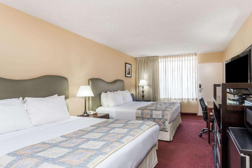A bed or beds in a room at Ramada by Wyndham Altamonte Springs