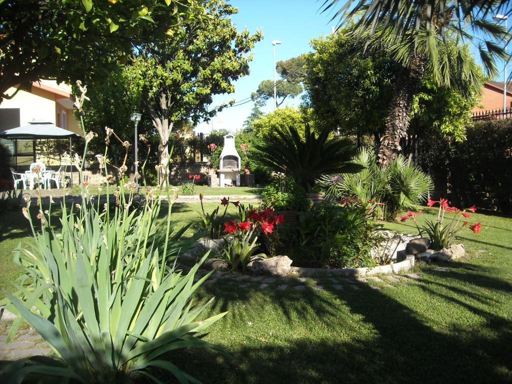 A garden outside Giardino Degli Aranci B&B