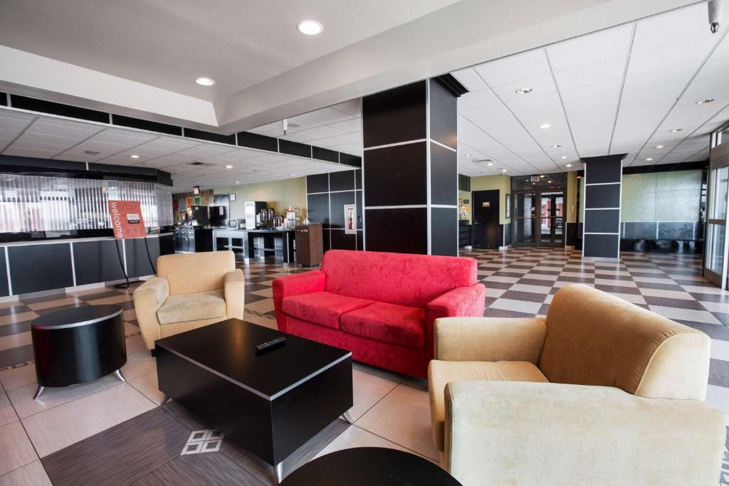 The lobby or reception area at Travelodge by Wyndham Avenel Woodbridge