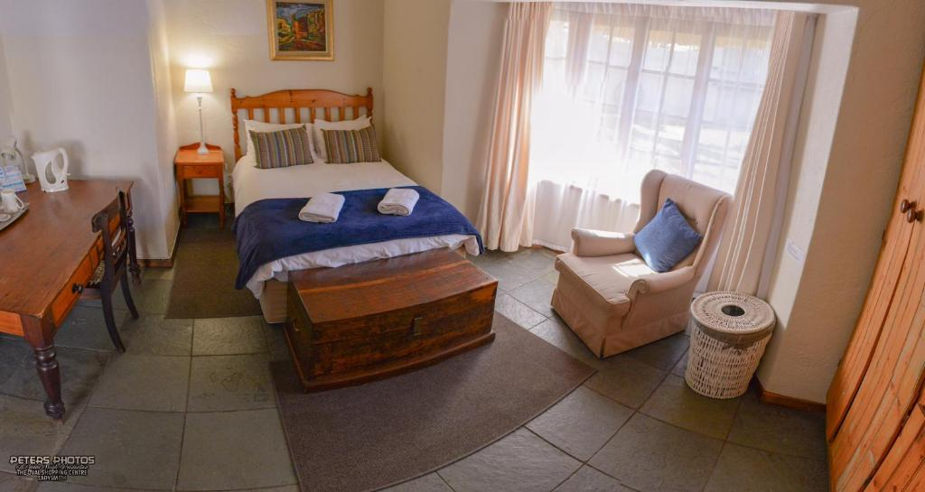 A bed or beds in a room at Buller's Rest Guest Lodge
