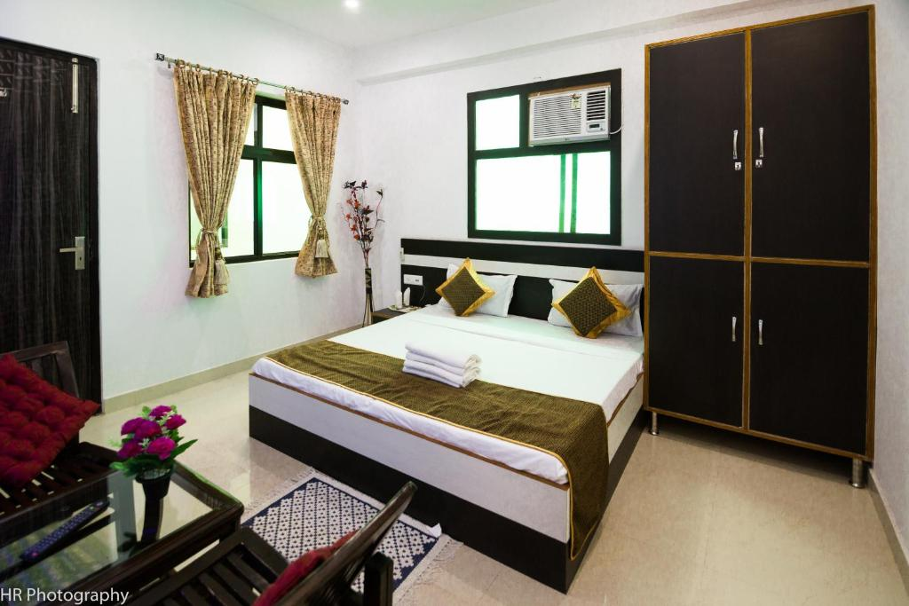 A bed or beds in a room at Hotel Taj Niwas