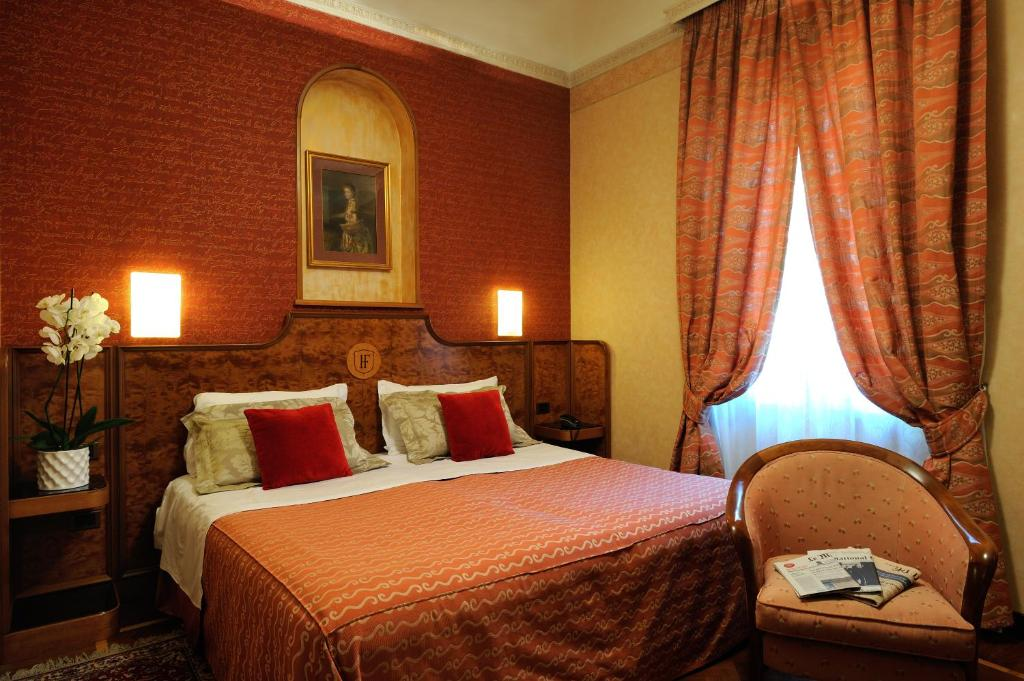A bed or beds in a room at Hotel Farnese