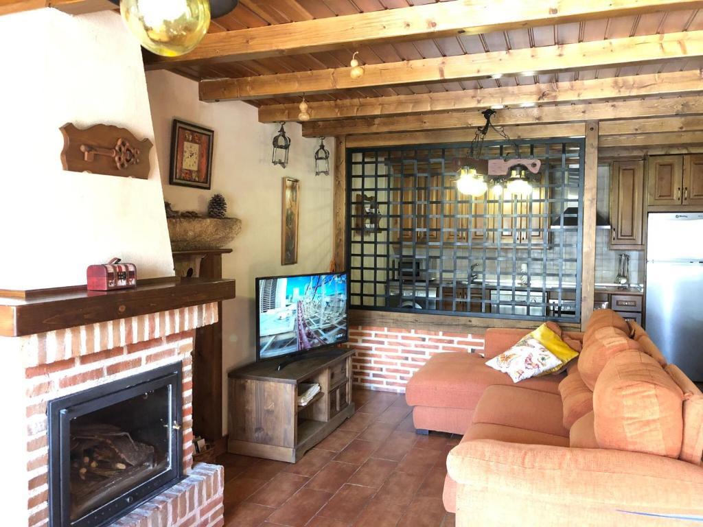 Una televisión o centro de entretenimiento en Casa Rural El Castaño