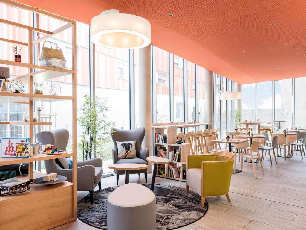 The lounge or bar area at Aparthotel Adagio Access Paris Massy Gare