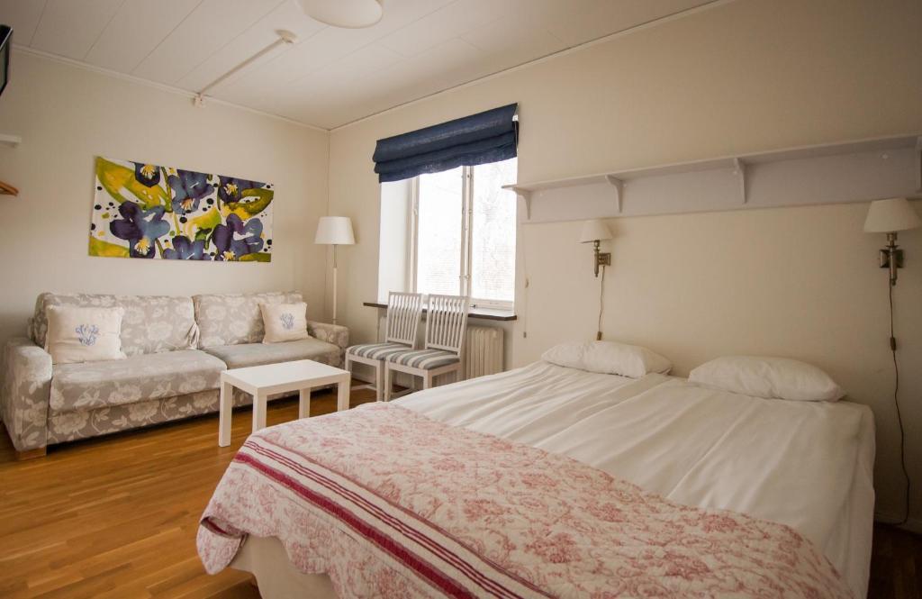 Säng eller sängar i ett rum på Slottshotellet Budget Accommodation