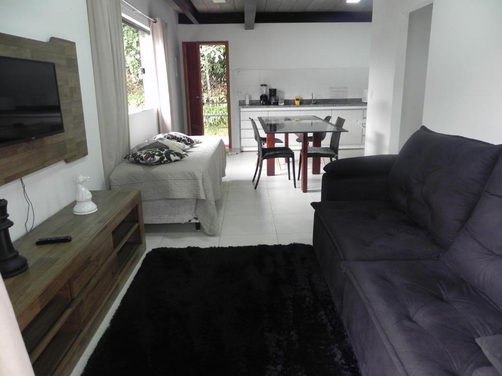 A seating area at Aconchego e Requinte no Centro