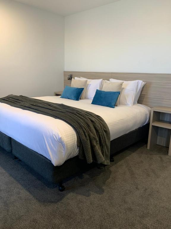 A bed or beds in a room at Jervis Bay Motel