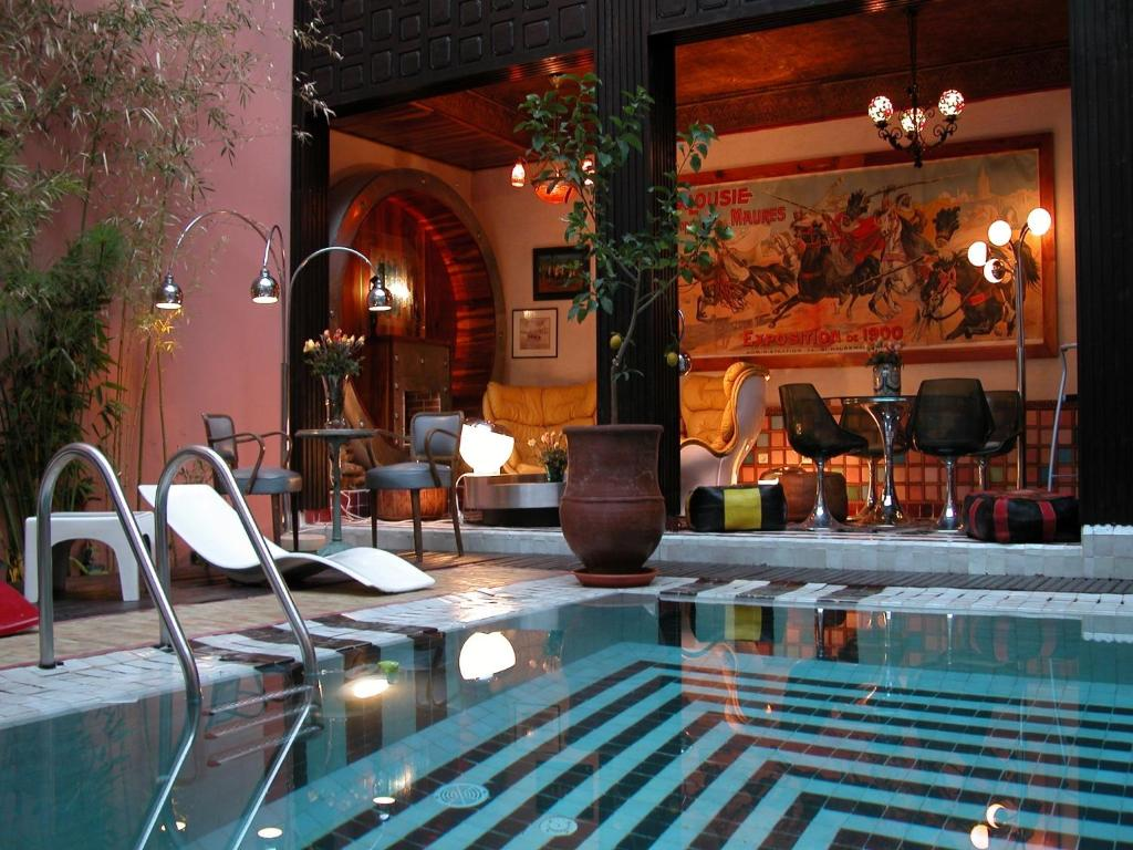 A restaurant or other place to eat at Riad Malika