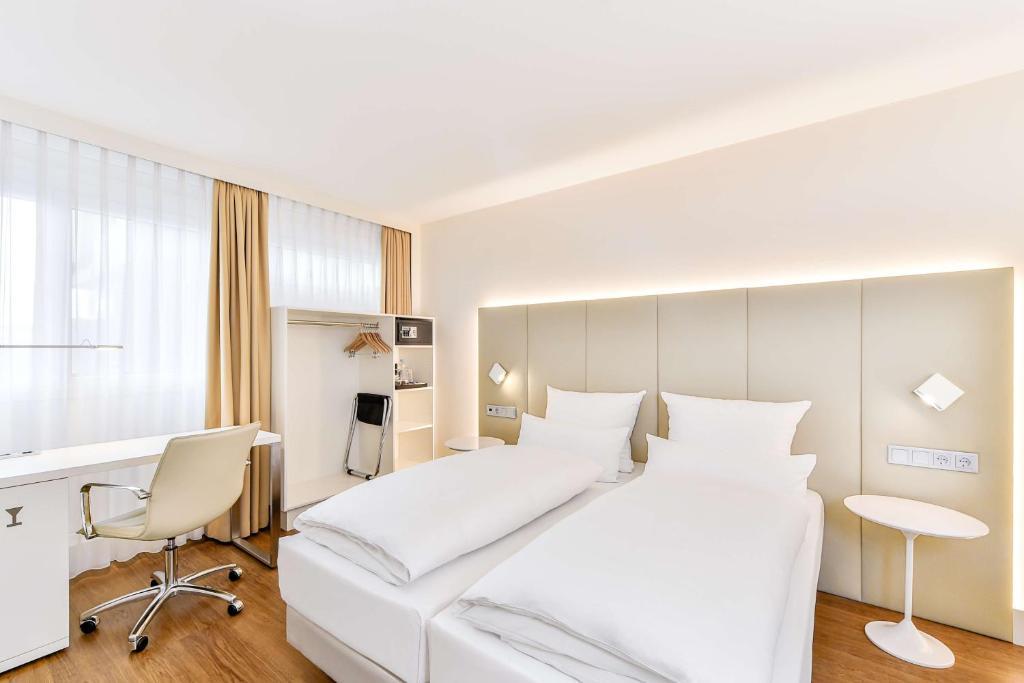 Ein Bett oder Betten in einem Zimmer der Unterkunft NH Erlangen
