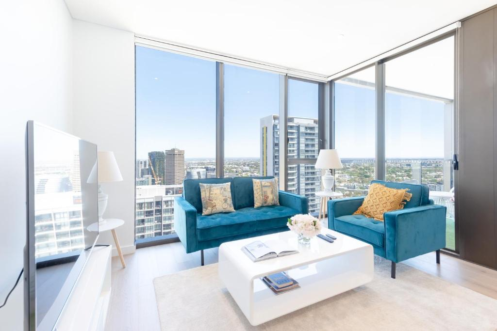 A seating area at High-Rise apt Near Darling Harbour