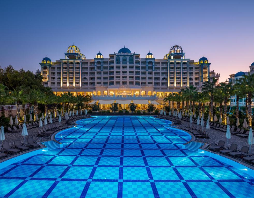 Бассейн в Rubi Platinum Spa Resort & Suites или поблизости