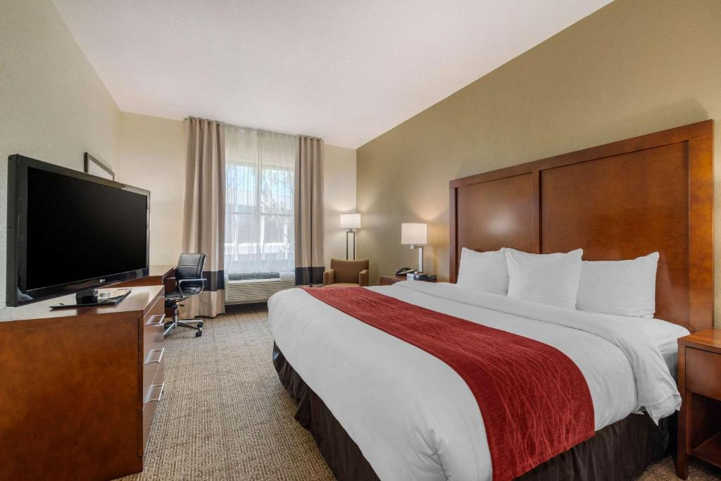 A bed or beds in a room at Comfort Inn & Suites Northeast - Gateway